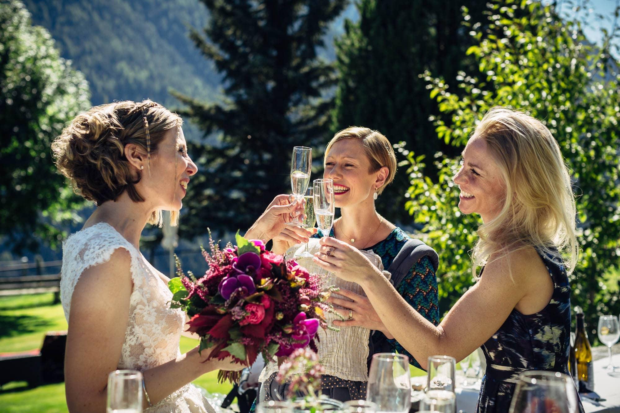 Braut stosst mit Koleginnen an