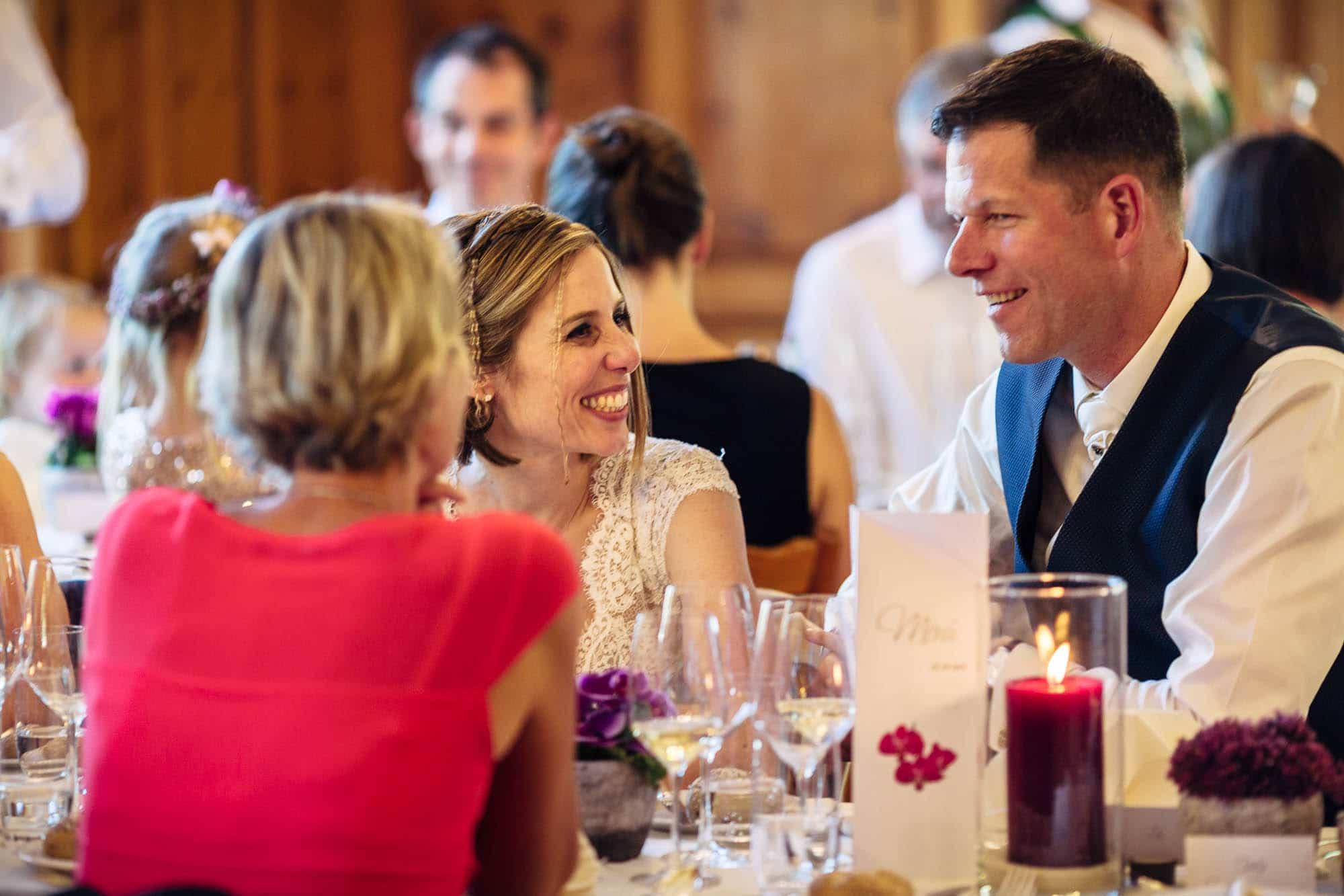 Brautpaar lacht während Mittagessen