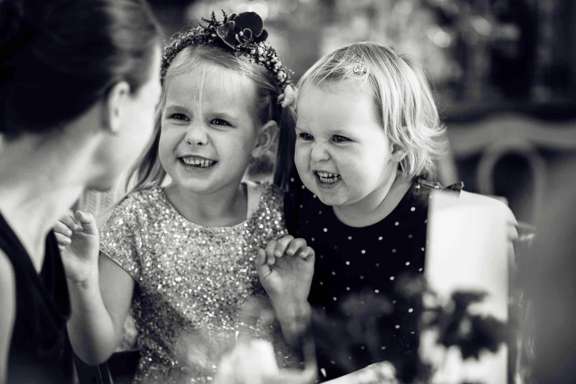 Kinder machen Grimassen an Hochzeit