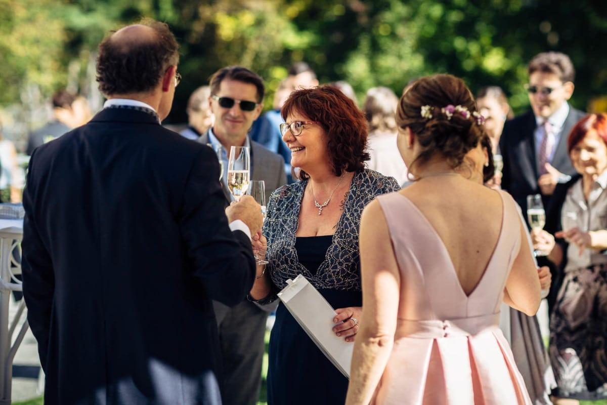 Gast stösst mit Brautpaar an