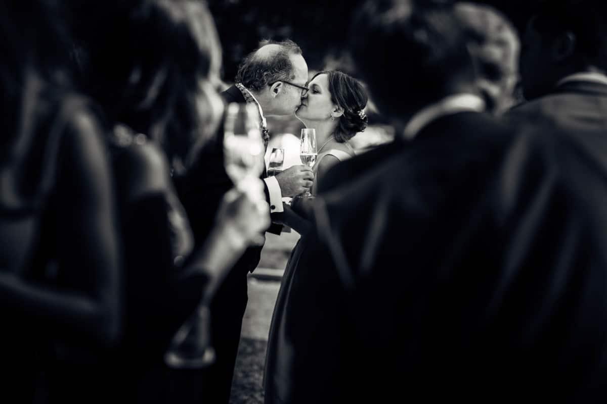 Kuss vom Brautpaar während Apéro