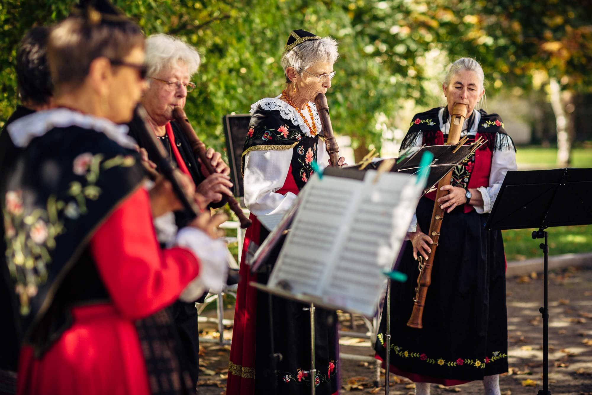 Frauen mit Schanfigger-Tracht beim Flötenspiel