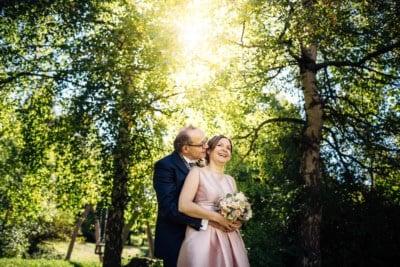 Hochzeitsfotos in Bergün. Bräutigam flüstert