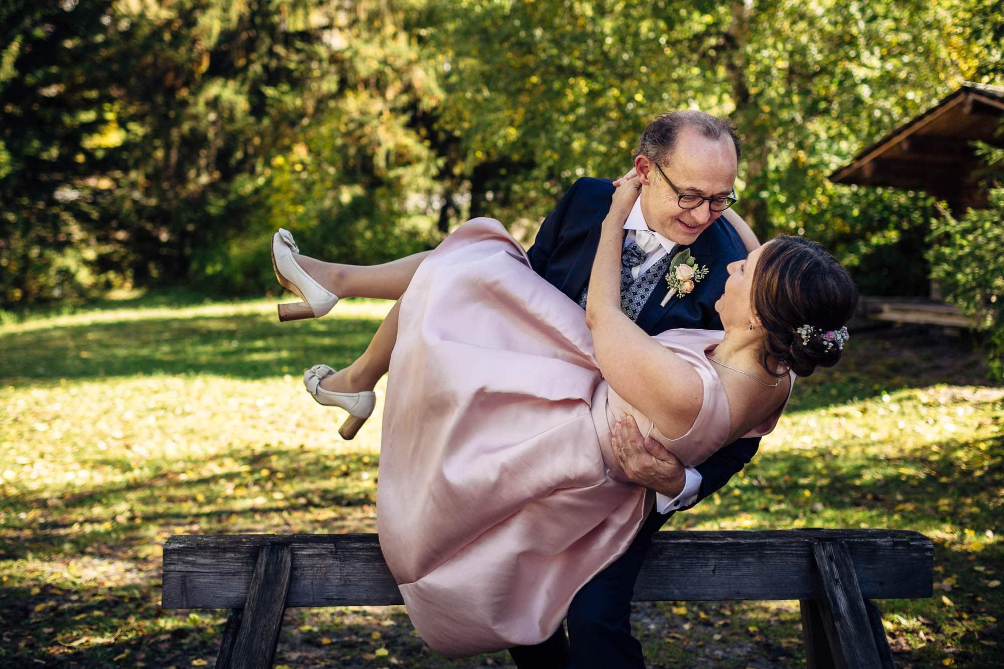 Bräutigam trägt Braut über die Schwelle