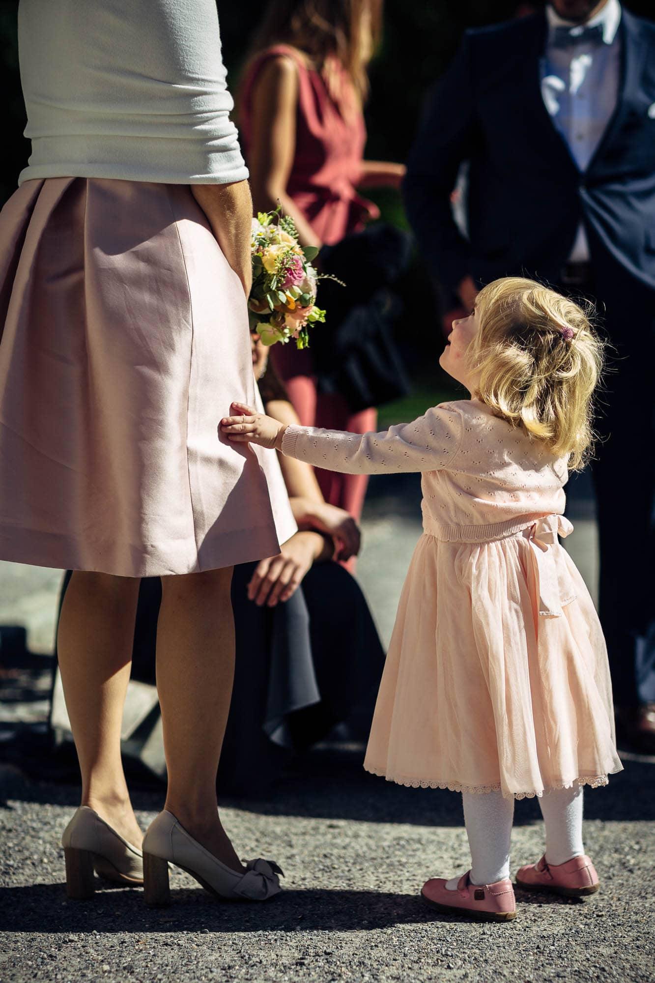 Kind hält Brautkleid