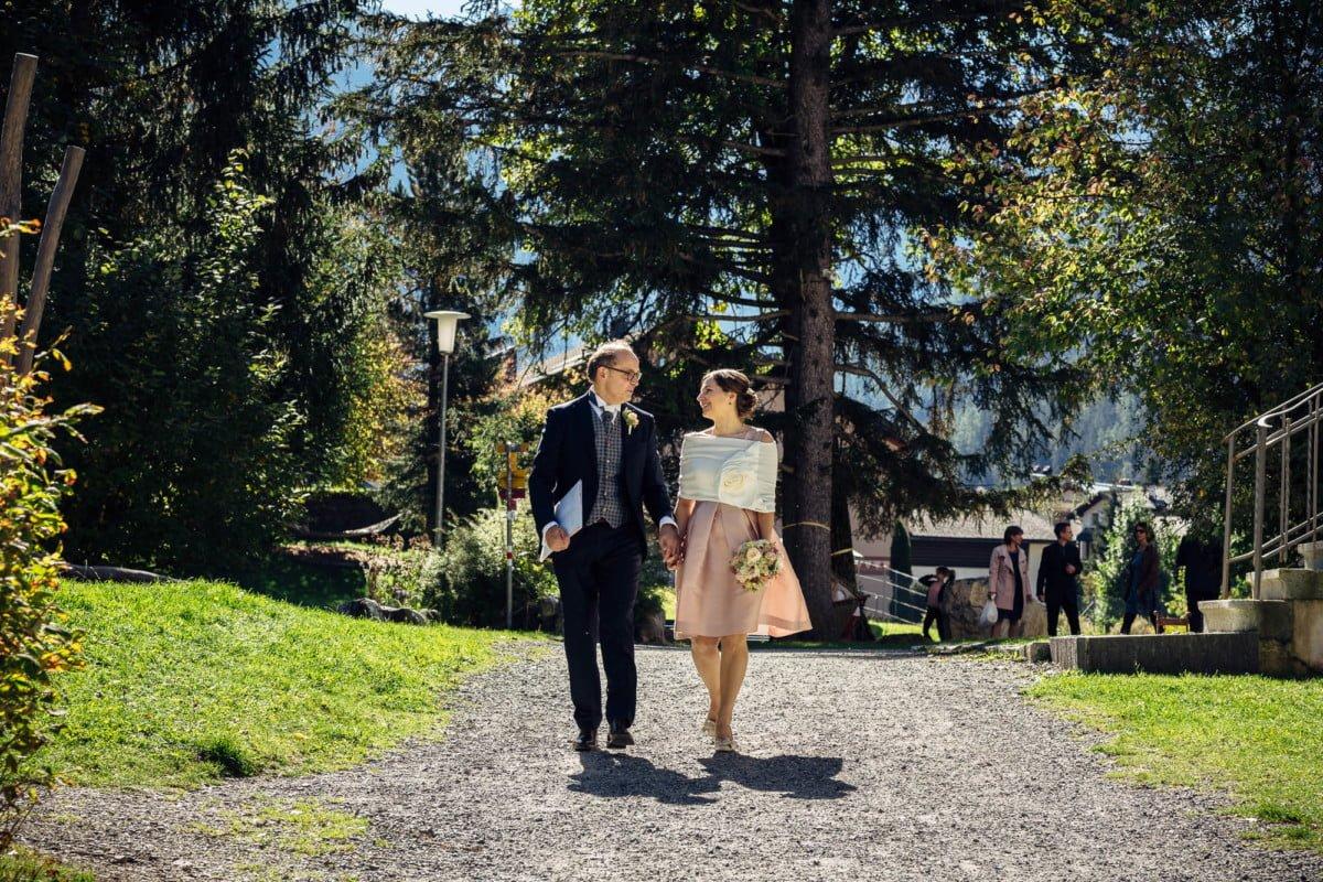 Brautpaar geht zur Trauung