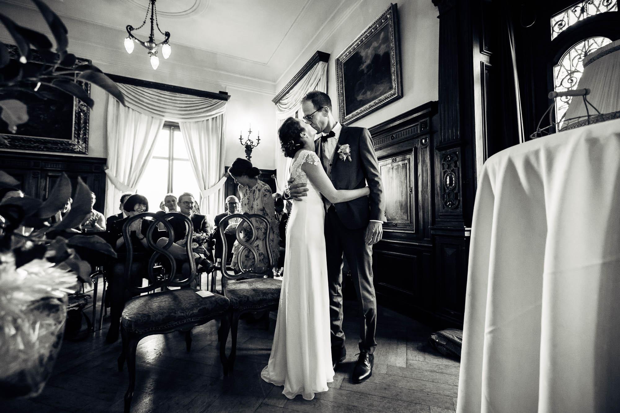 Brautkuss im Schloss Meggenhorn mit Gästen während Trauung