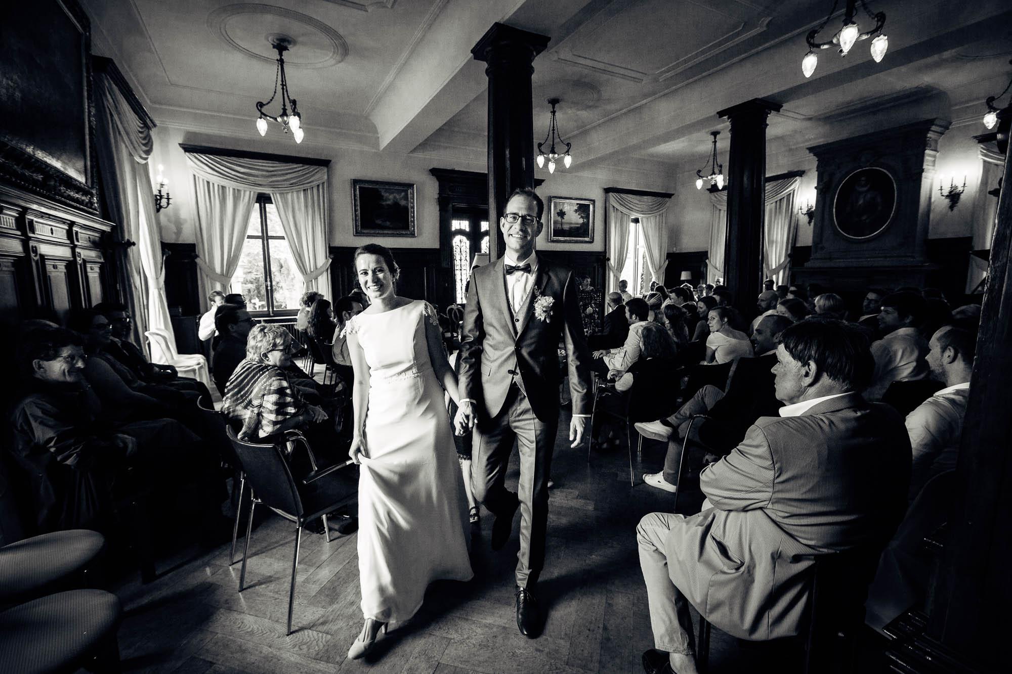Brautpaar verlässt Trauung im Schloss Meggenhorn