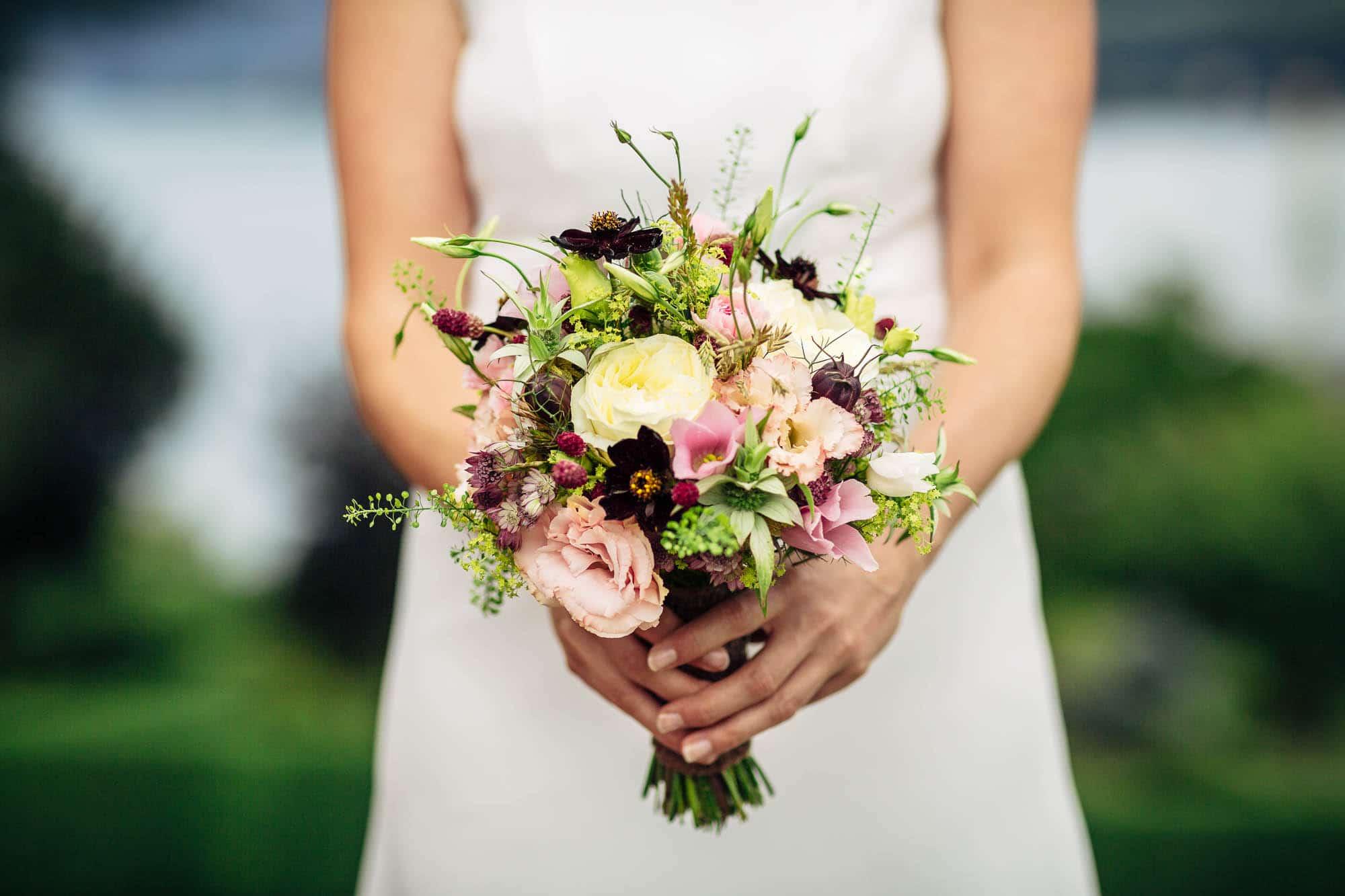 Braut hält den Brautstrauss