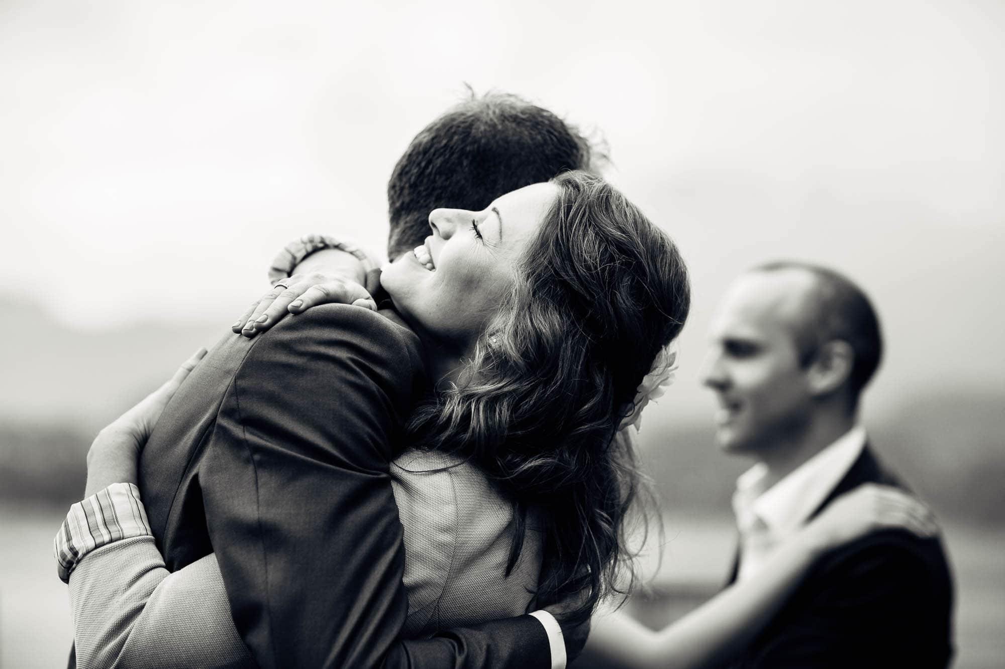 vertraute Umarmung bei Gratulation an Hochzeit