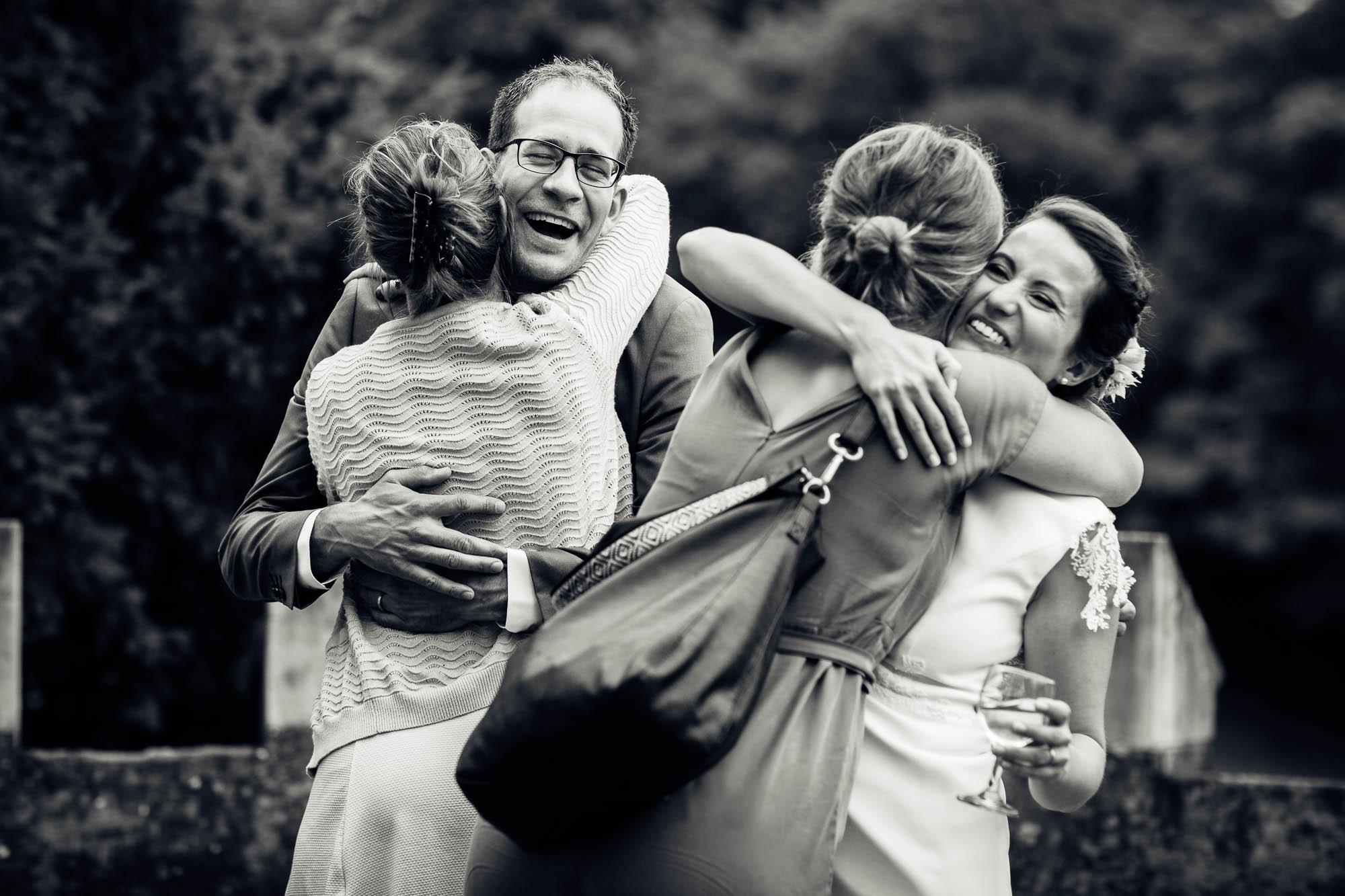 Umarmend, lachend wird dem Brautpaar gratuliert