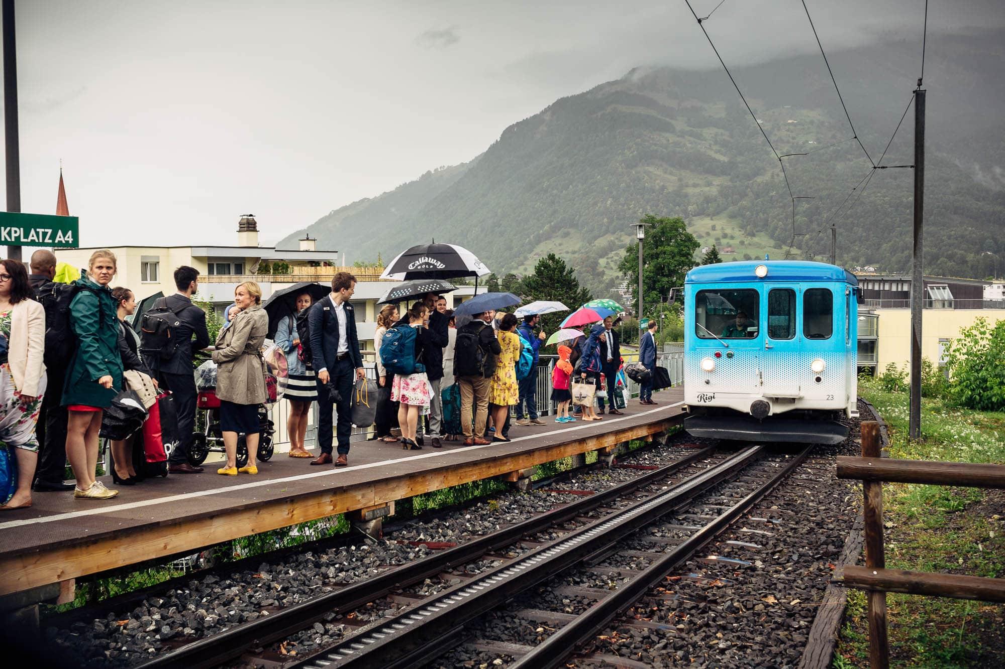 Abfahrt Rigibahn mit wartenden Hochzeitsgästen