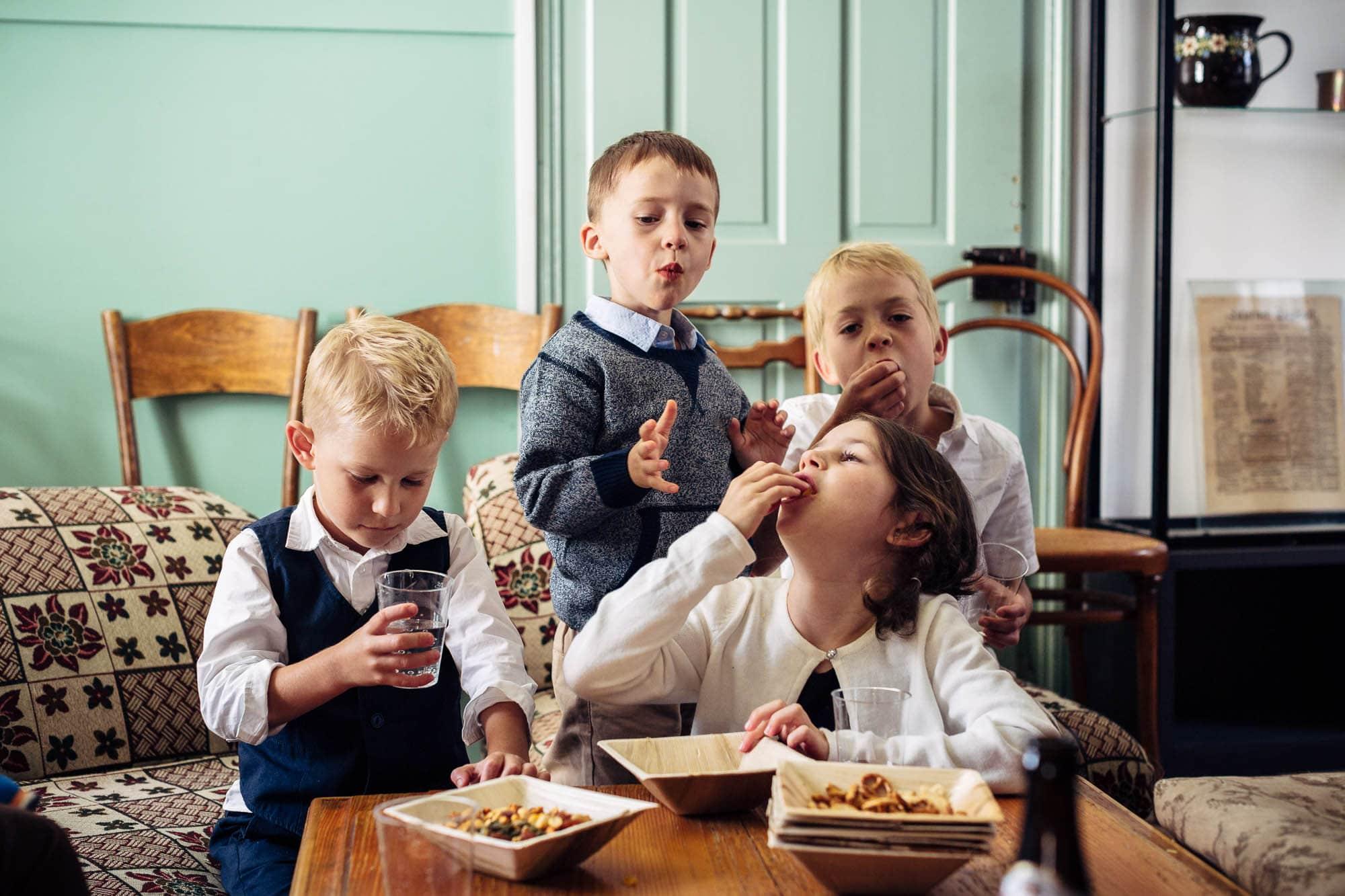Vier Kinder sind sehr hungrig und essen Chips