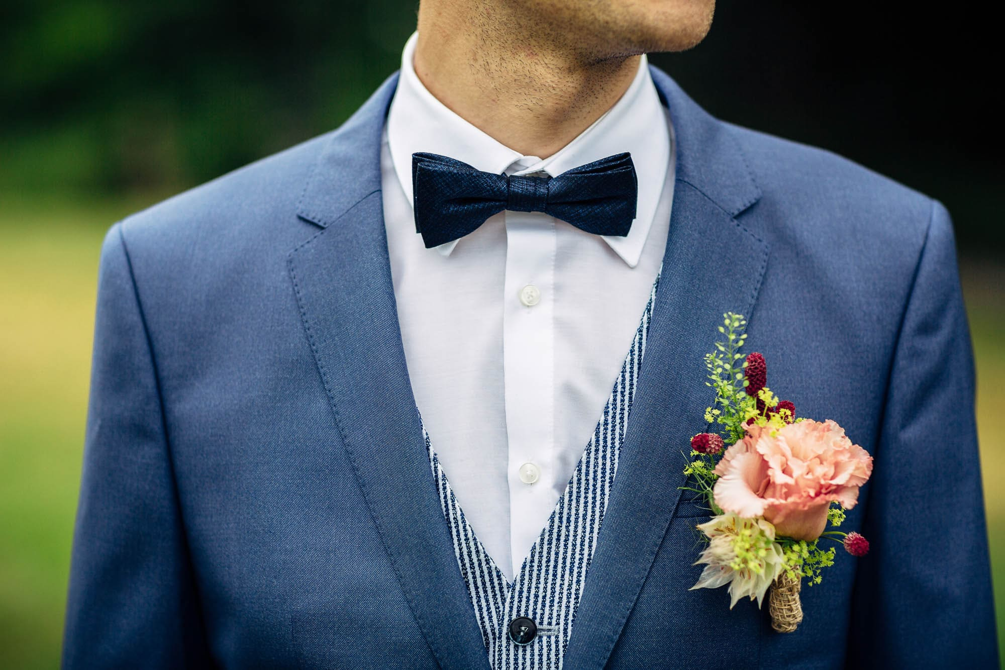 Fliege und Anstecker beim Bräutigam