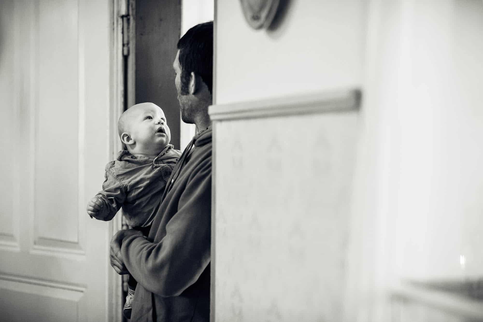 Baby schaut dem Vater in die Augen