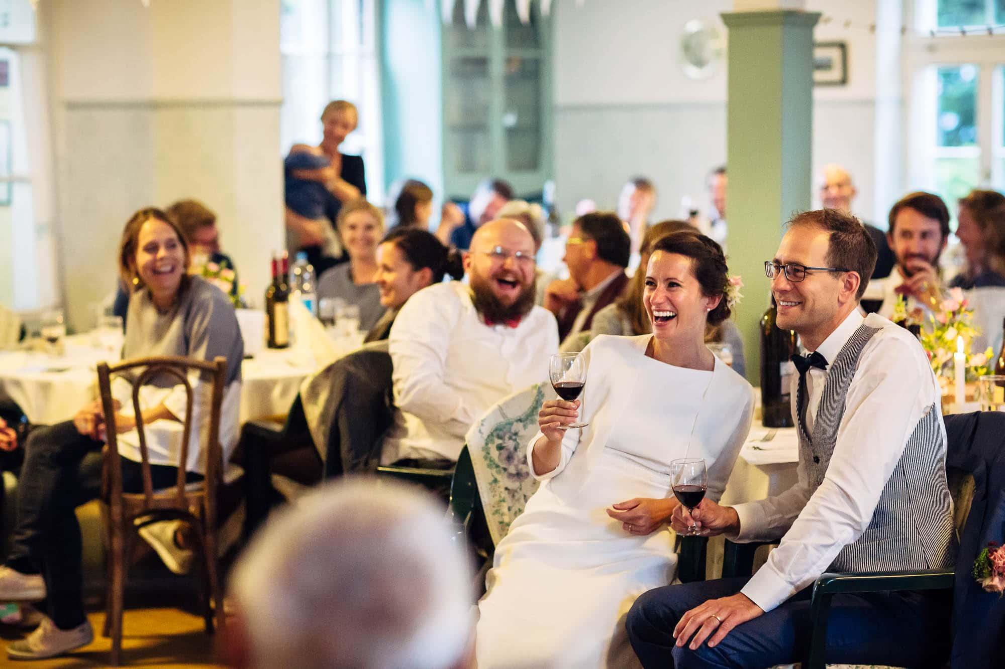 Brautpaar und Gäste lachen. Hochzeitsfotograf Rigi