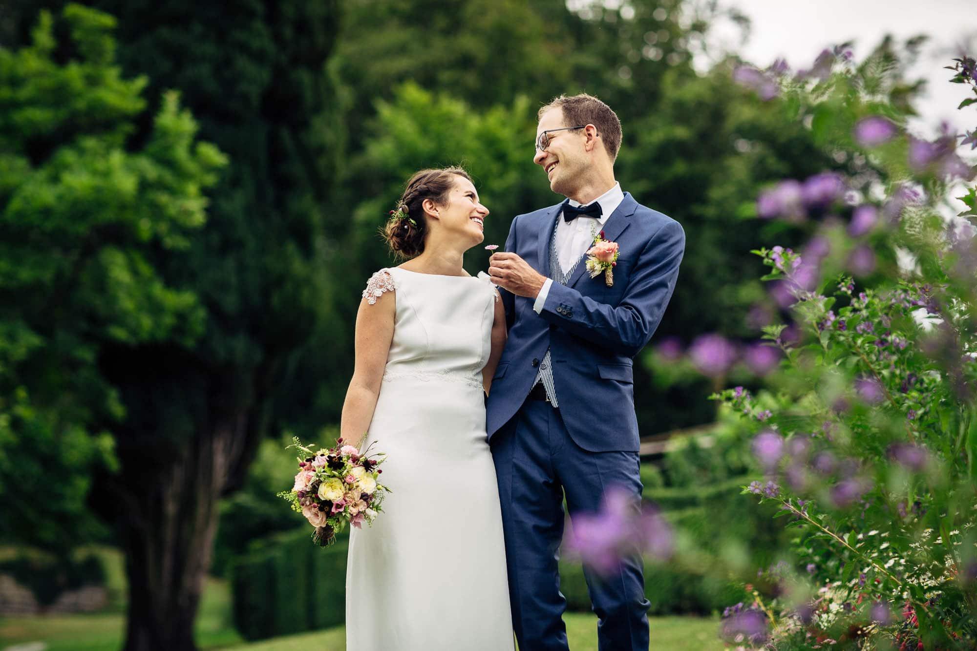 Bräutigam übergibt der Braut ein Blümchen, lustig