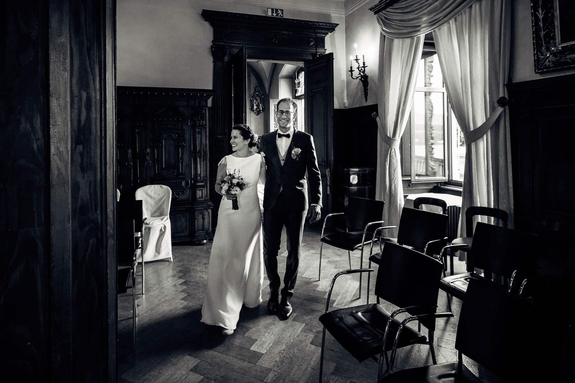 Braut und Bräutigam betreten Saal im Schloss Meggenhorn