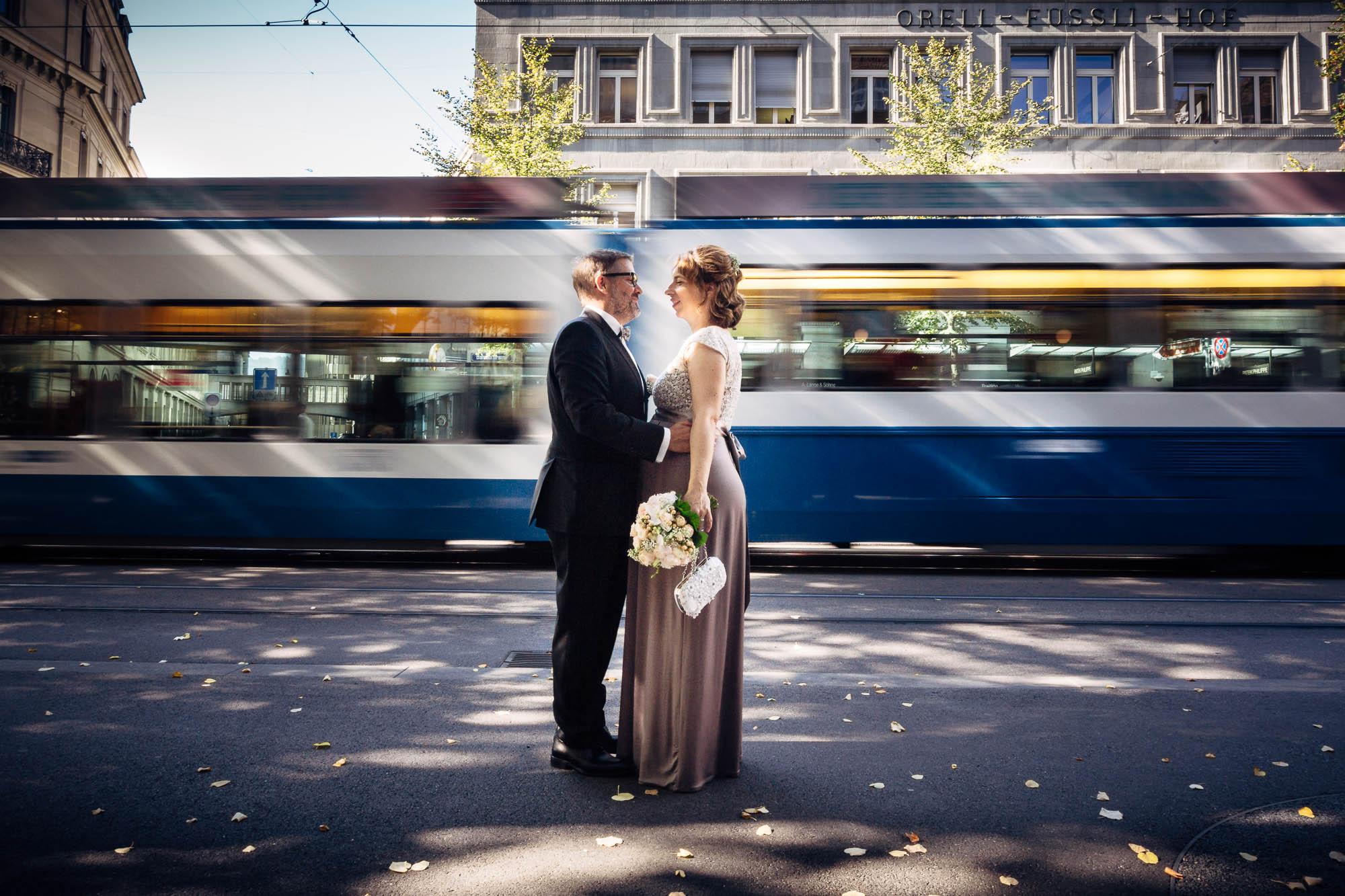 Hochzeitsfotos an der Bahnhofstrasse vor dem Tram