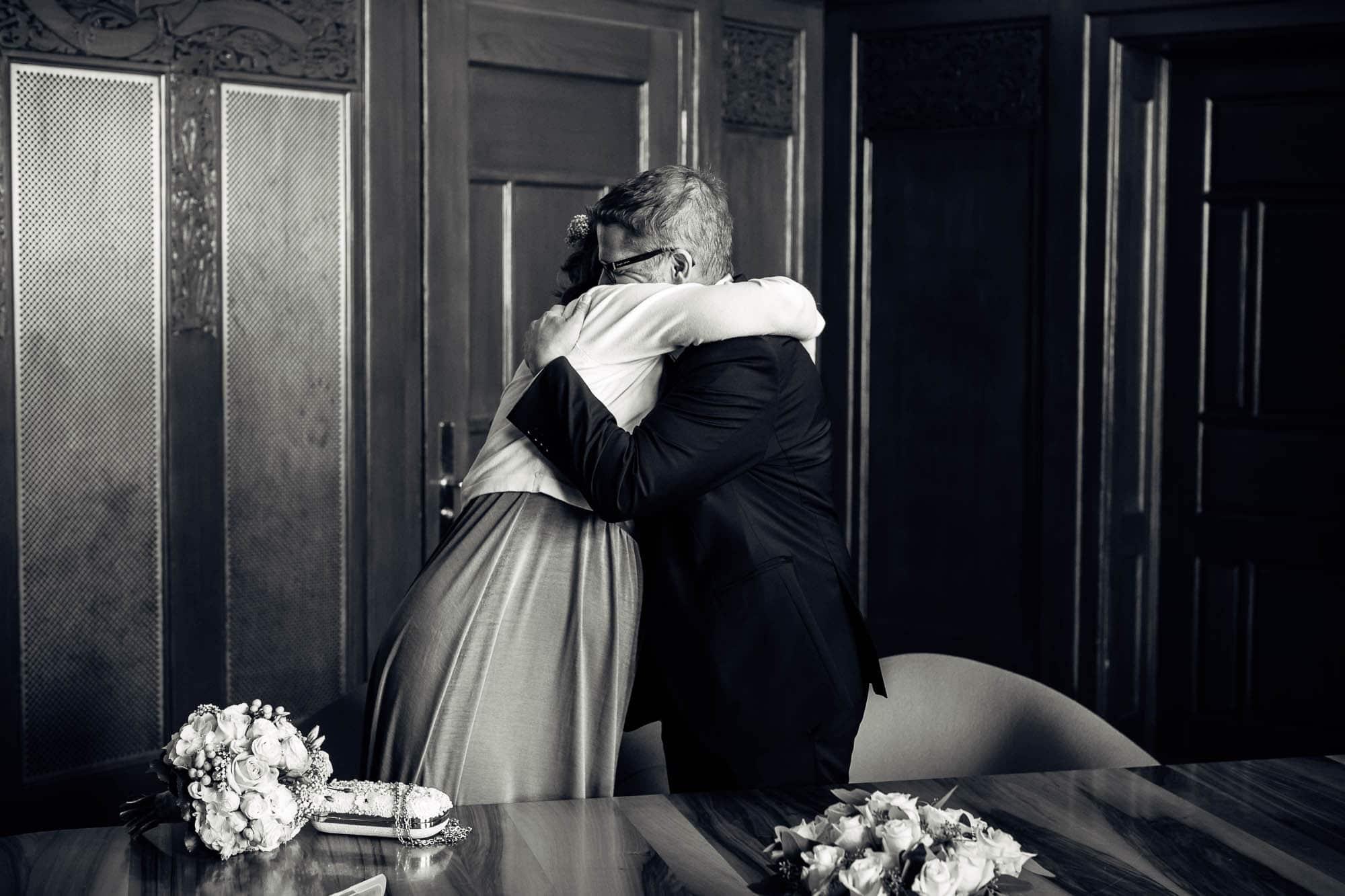 Emotionale Umarmung nach Eheversprechen