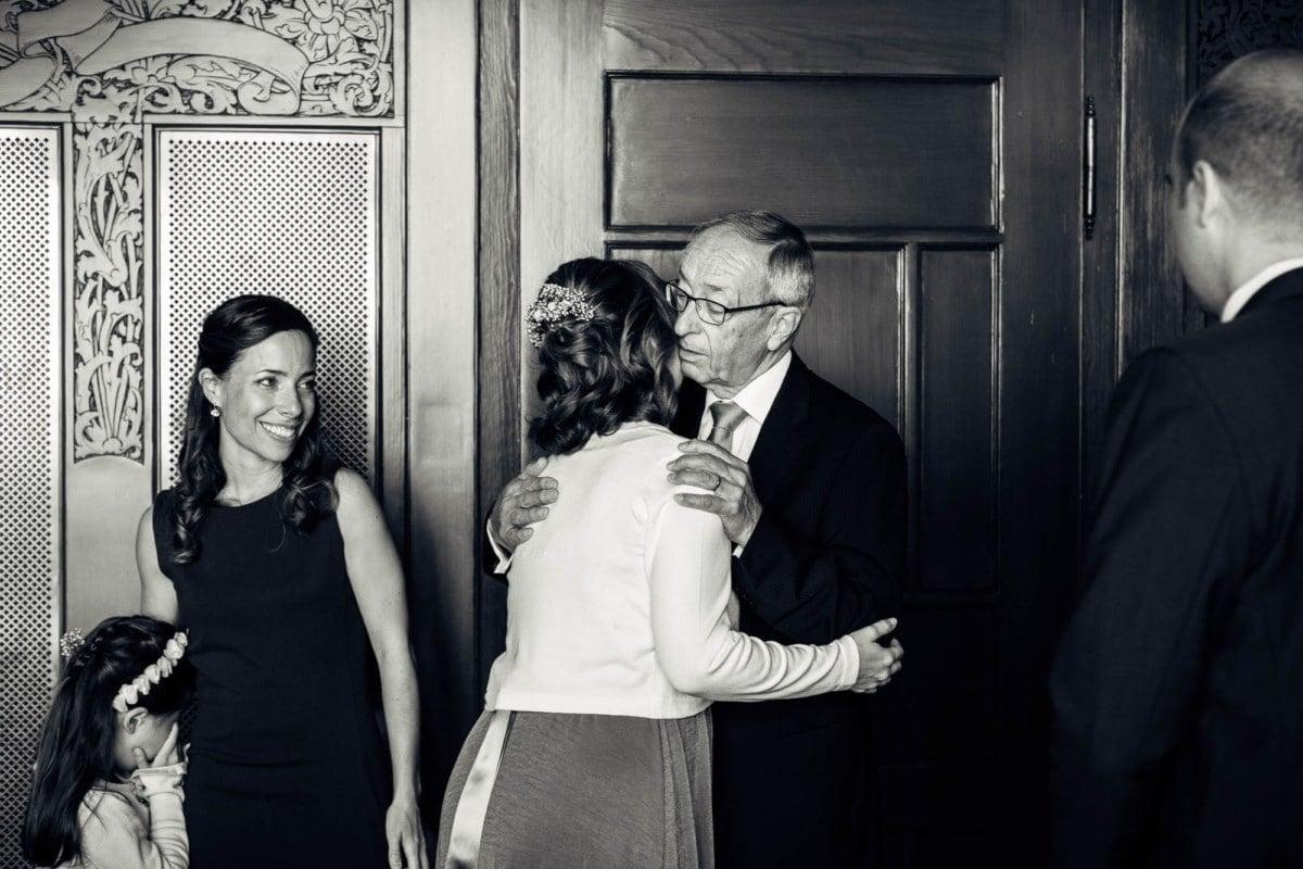 Vater gratuliert seiner Tochter