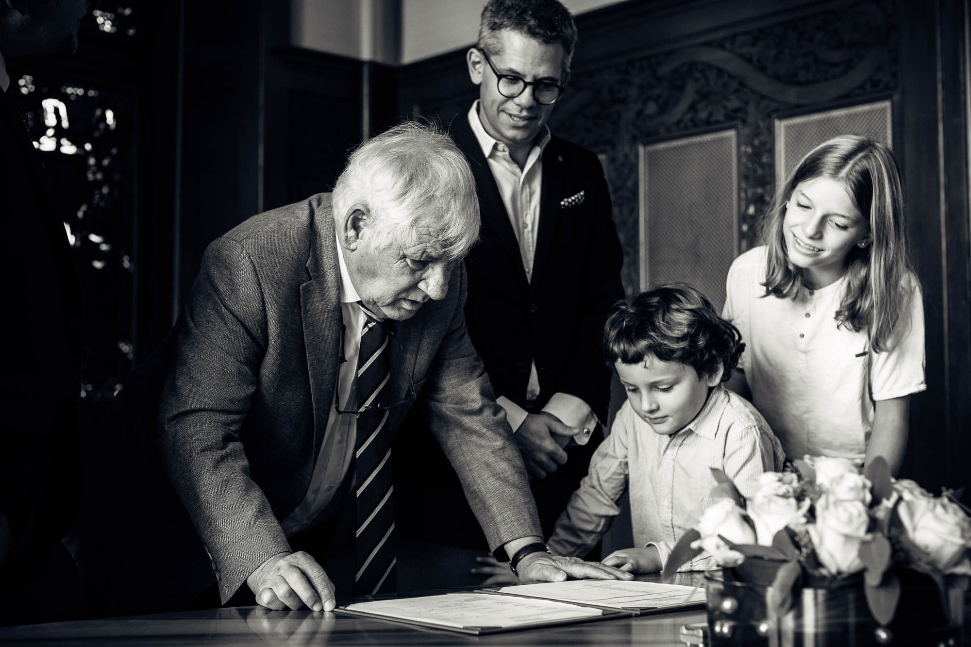 Gäste prüfen die Unterschriften auf dem Ehedokument