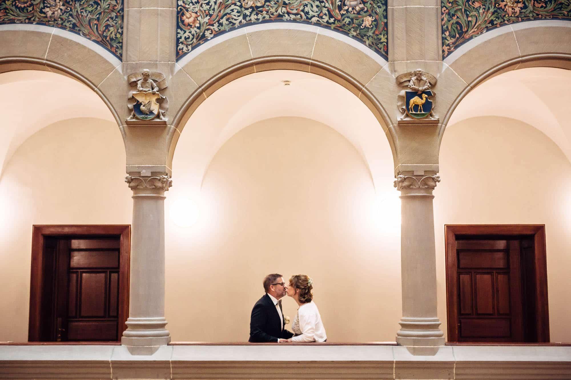Brautpaar küsst sich im Stadthaus Zürich