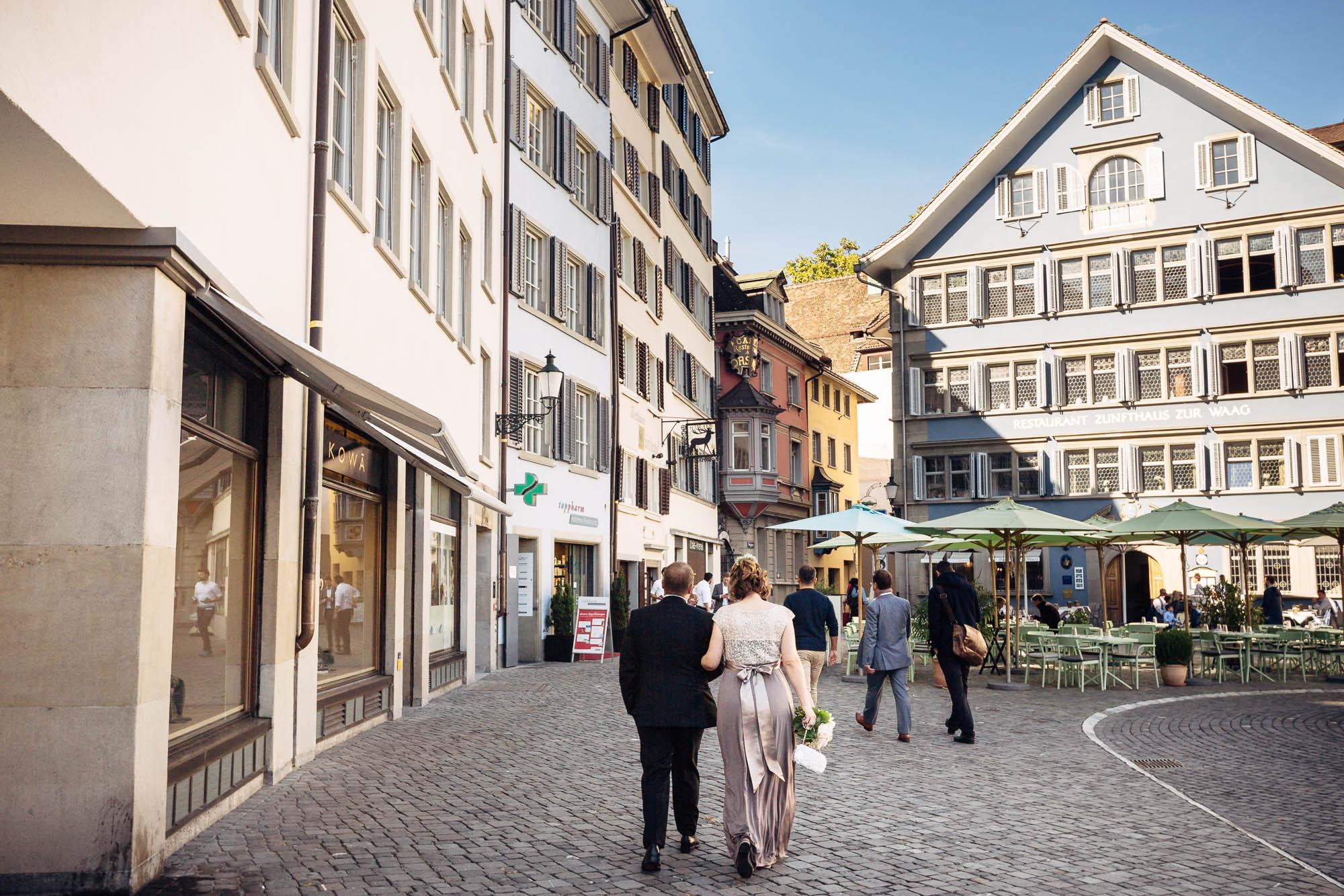 Brautpaar schlendert durch Altstadt in Zürich am Münsterplatz