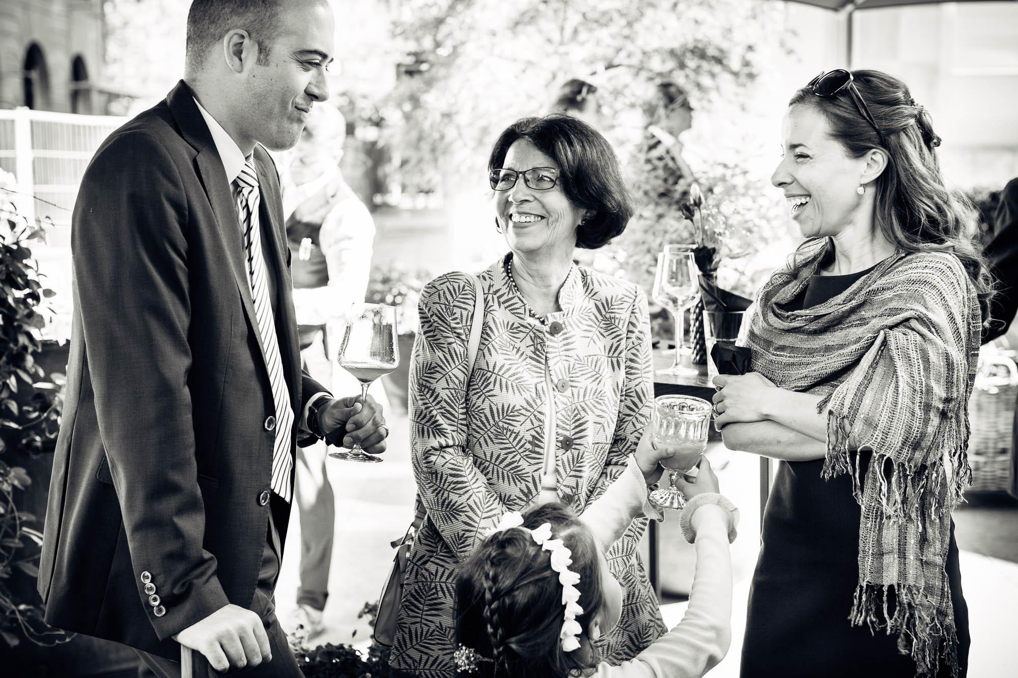 Gäste lachen und amüsieren sich