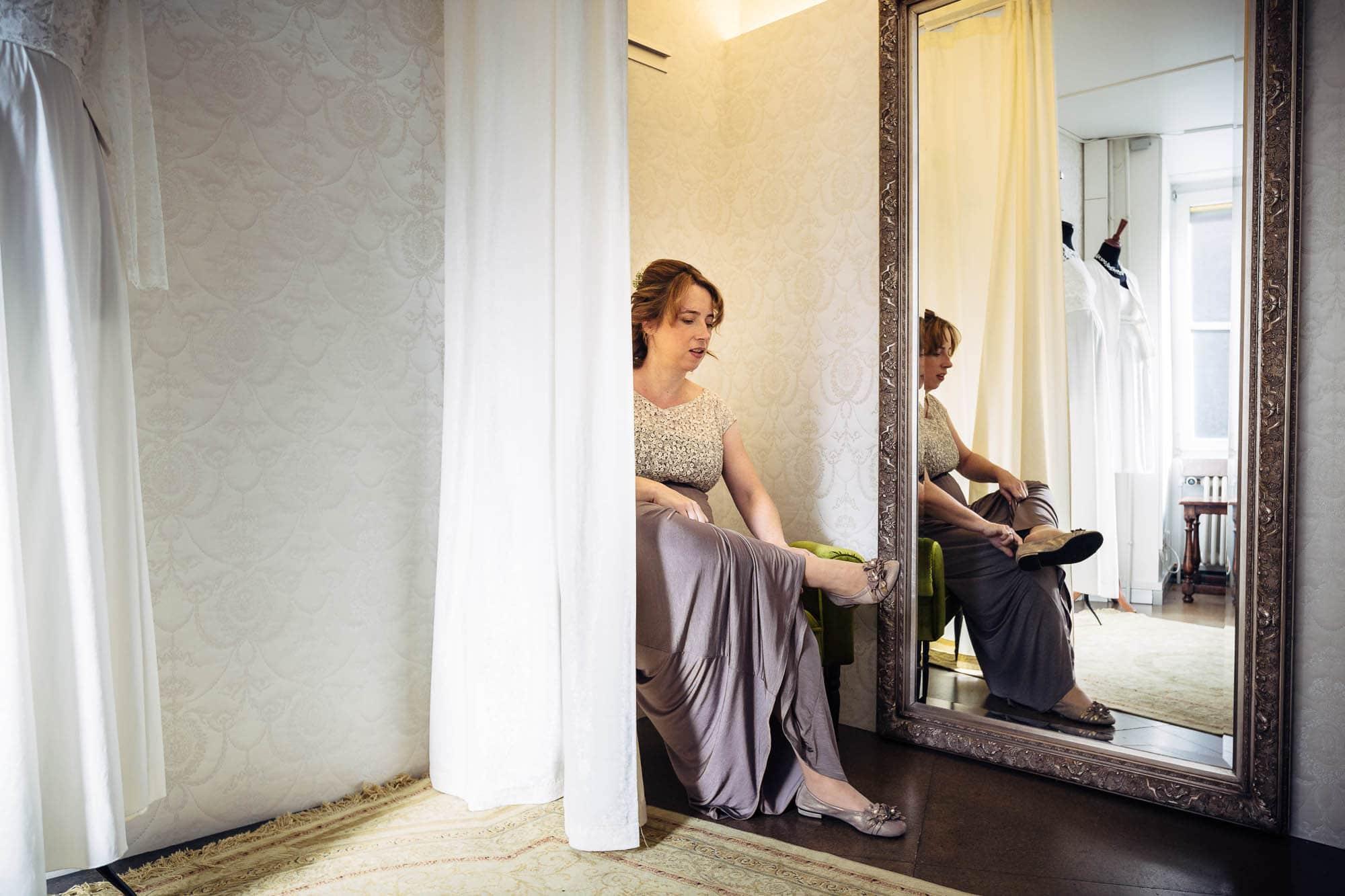 Braut zieht die Schuhe an