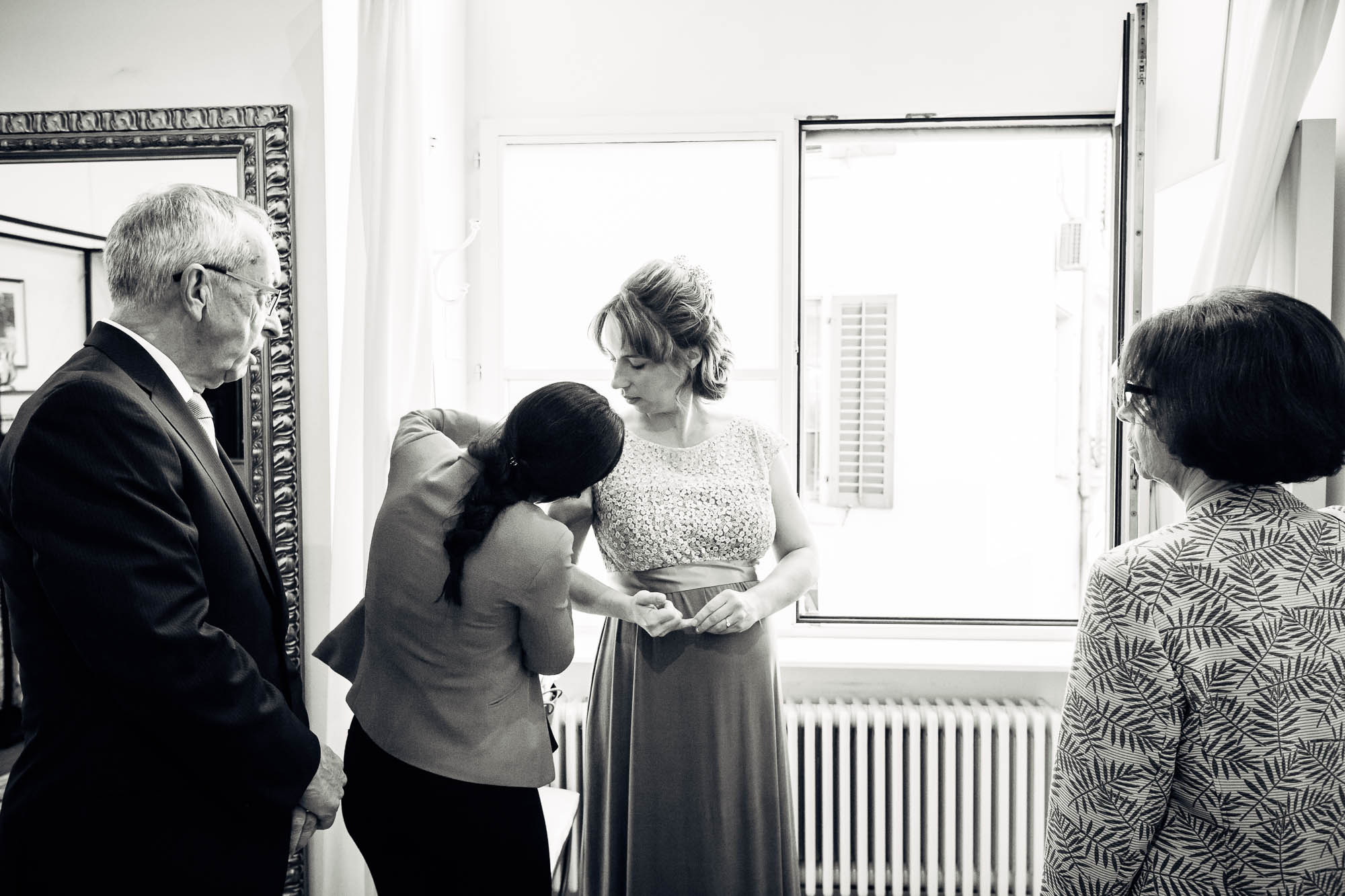 Brautkleid wird angepasst