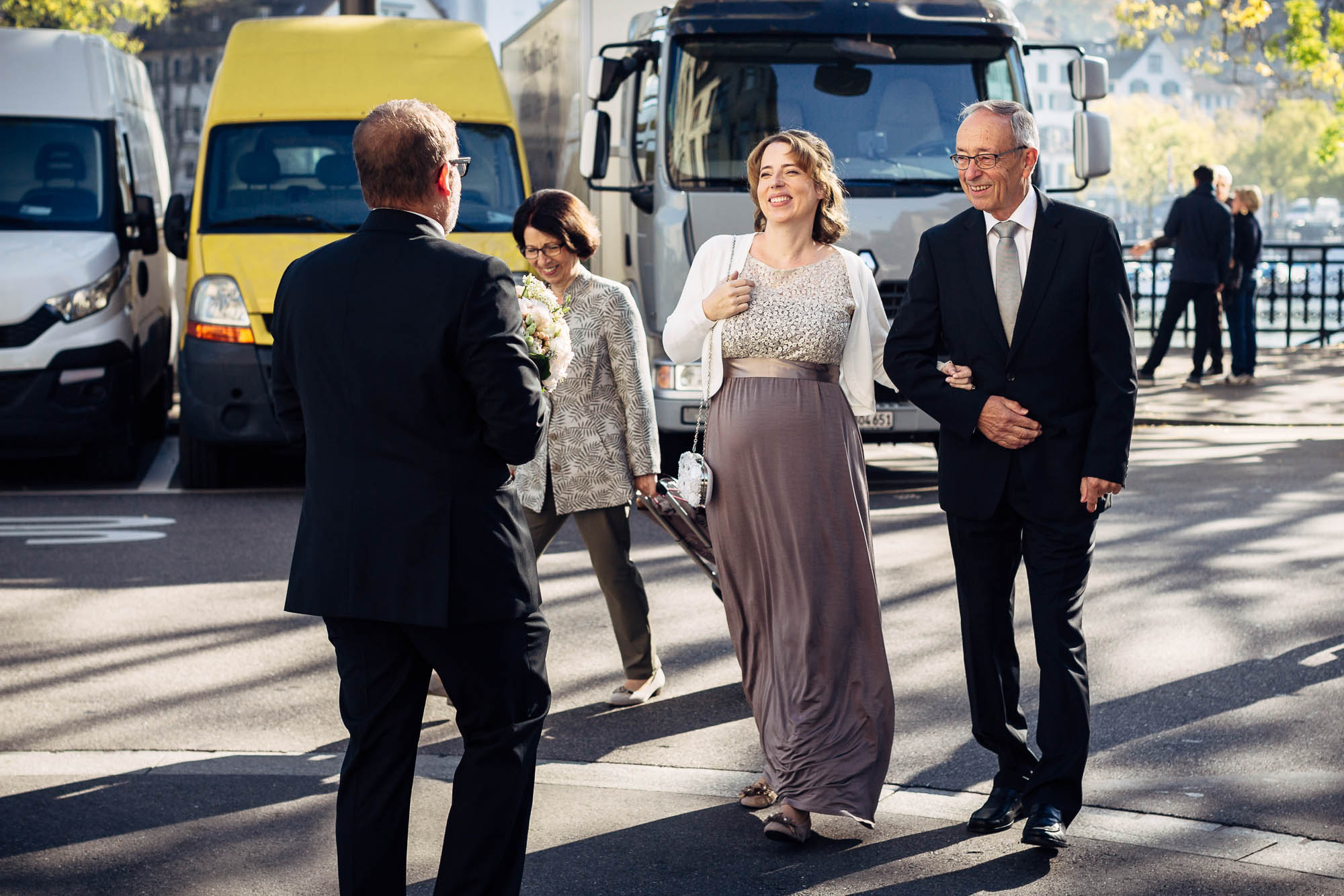 Bräutigam empfängt Braut mit Brautstrauss