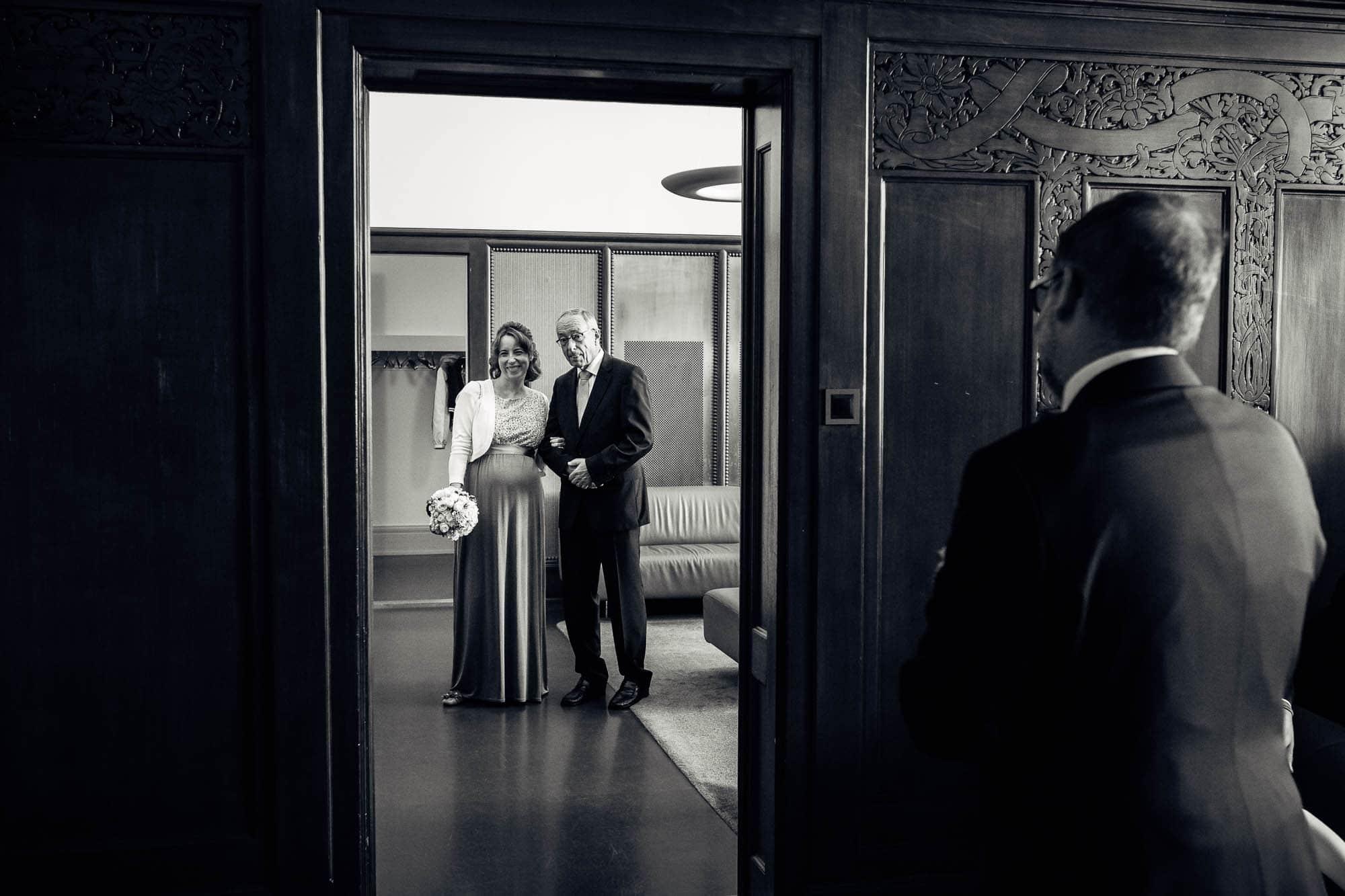 Braut mit Vater wartet