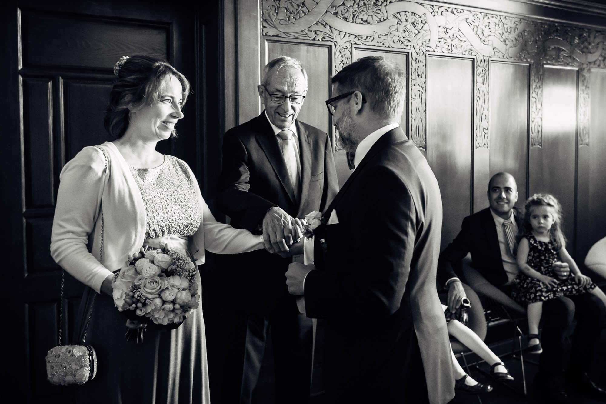 Brautvater übergibt Braut dem Bräutigam