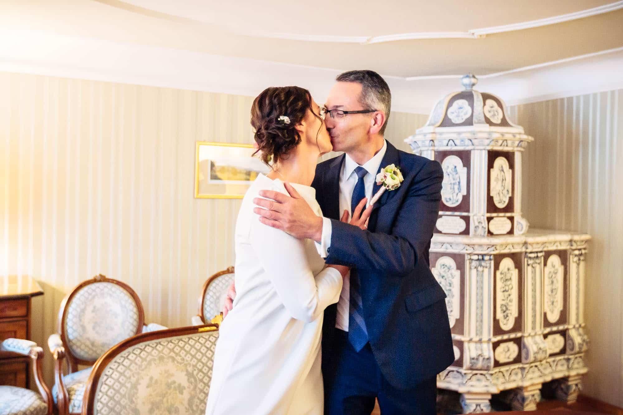 Kuss nach Eheversprechen