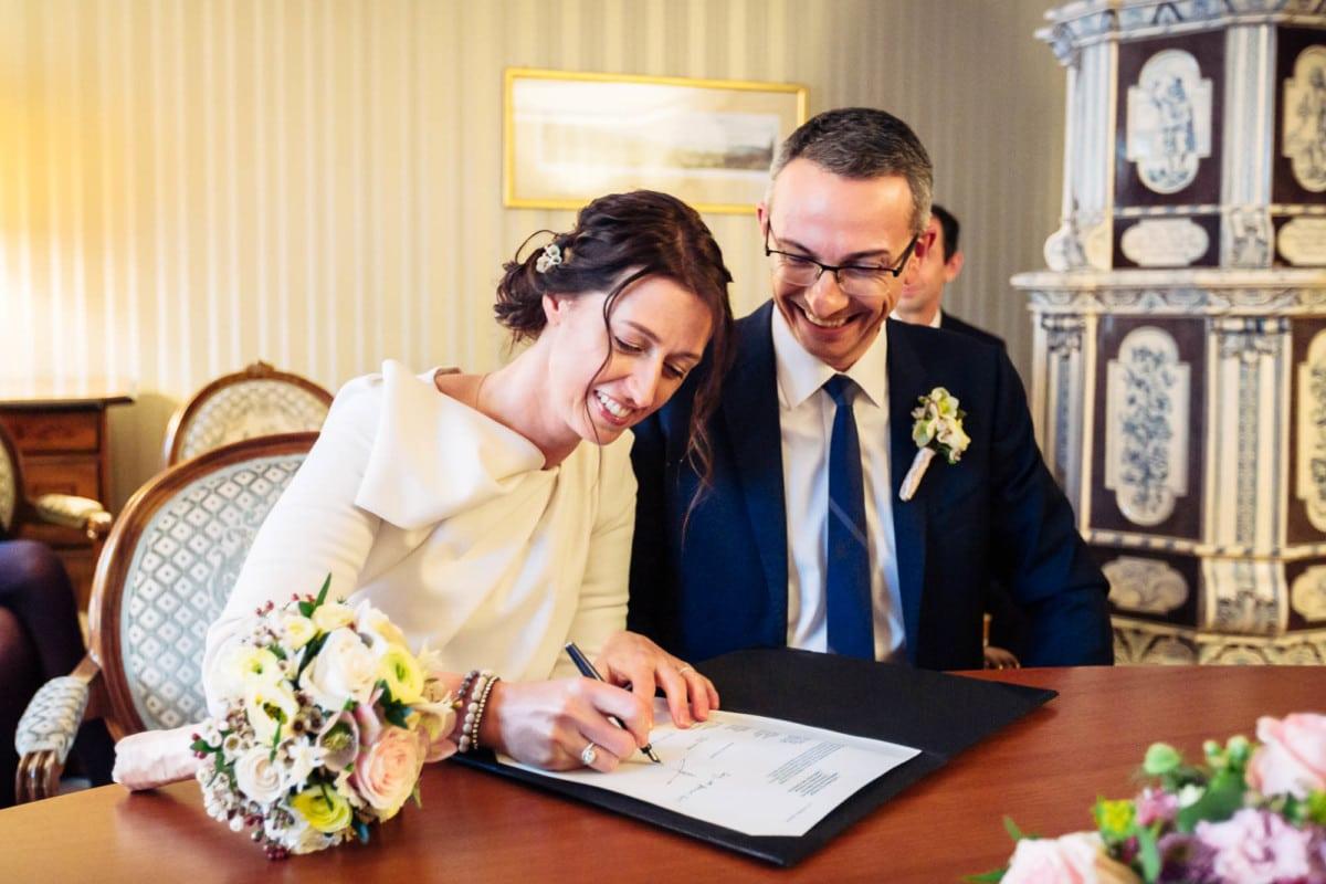Brautpaar unterschreibt Ehedokument
