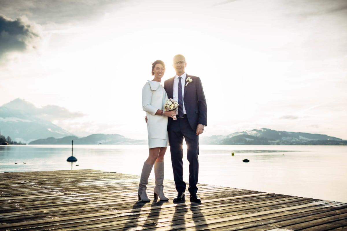Brautpaar stehend auf Holzboden am Zugersee