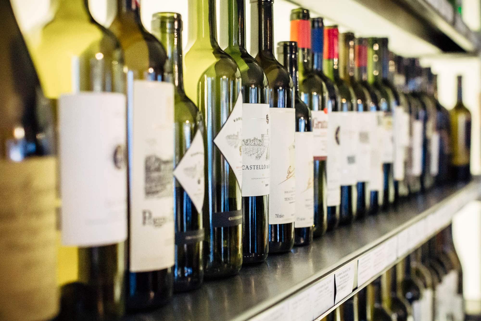 Weinflaschen aneinander gereiht im Felsenkeller Zug