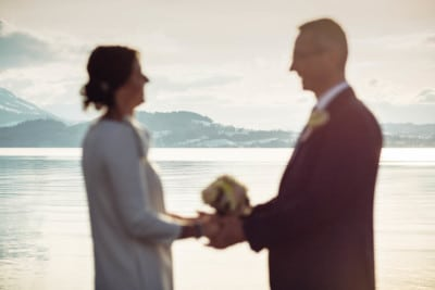 Brautpaar verschwommen vor Bergpanorama in Zug am Zugersee