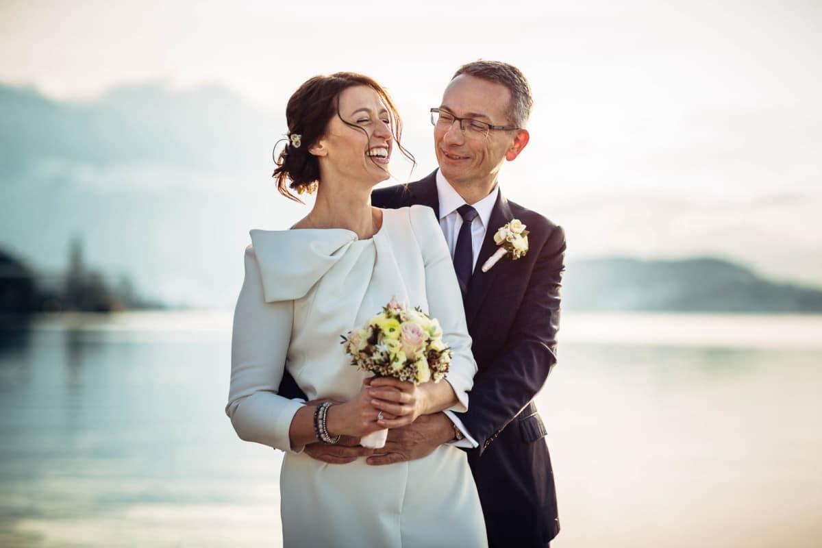 Brautpaar lacht während Fotosession