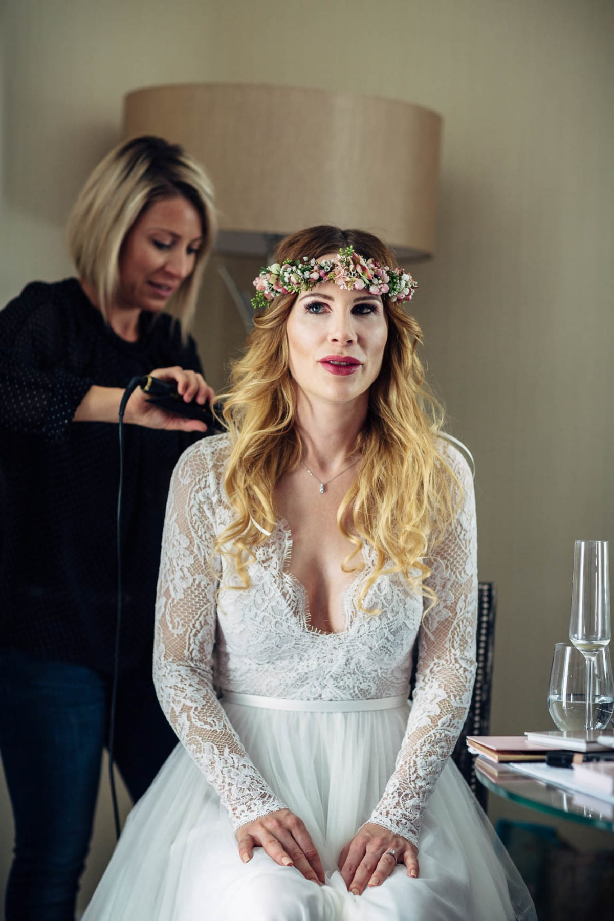 Portrait der Braut beim Styling