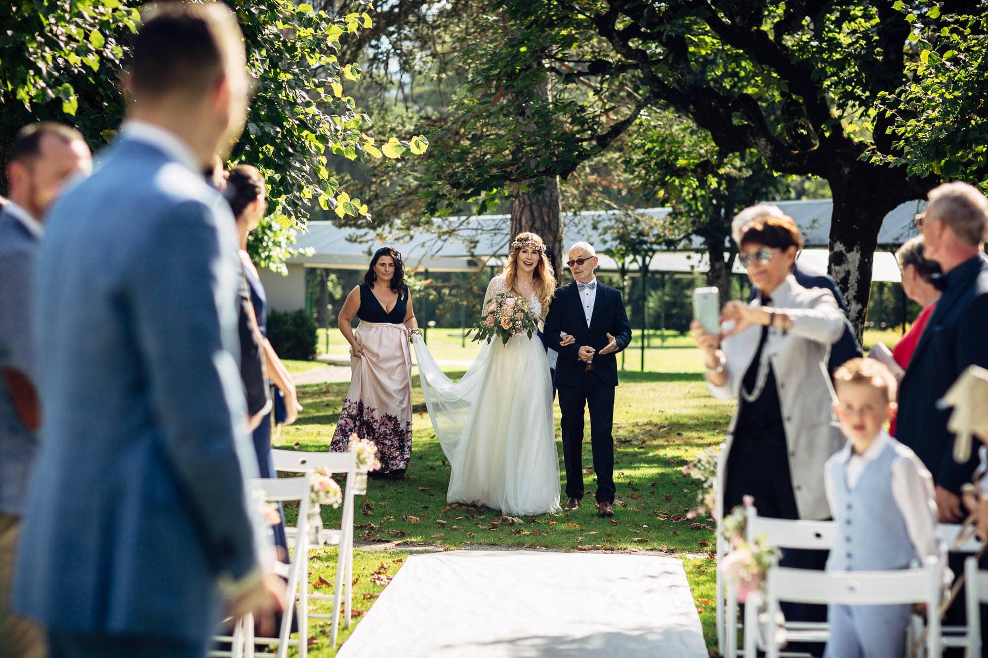 Braut wird vom Vater zur Trauung geleitet