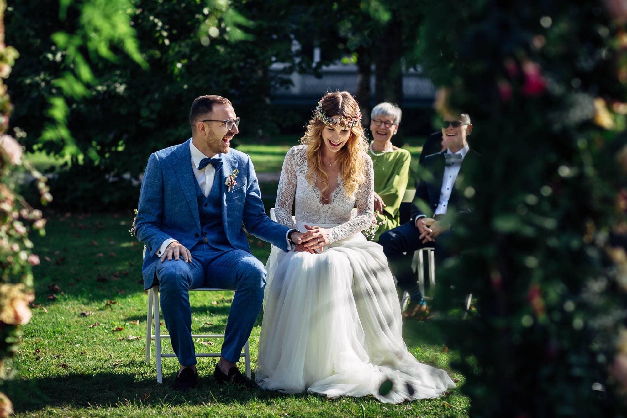 Brautpaar auf grüner Wiese bei Hochzeitszeremonie