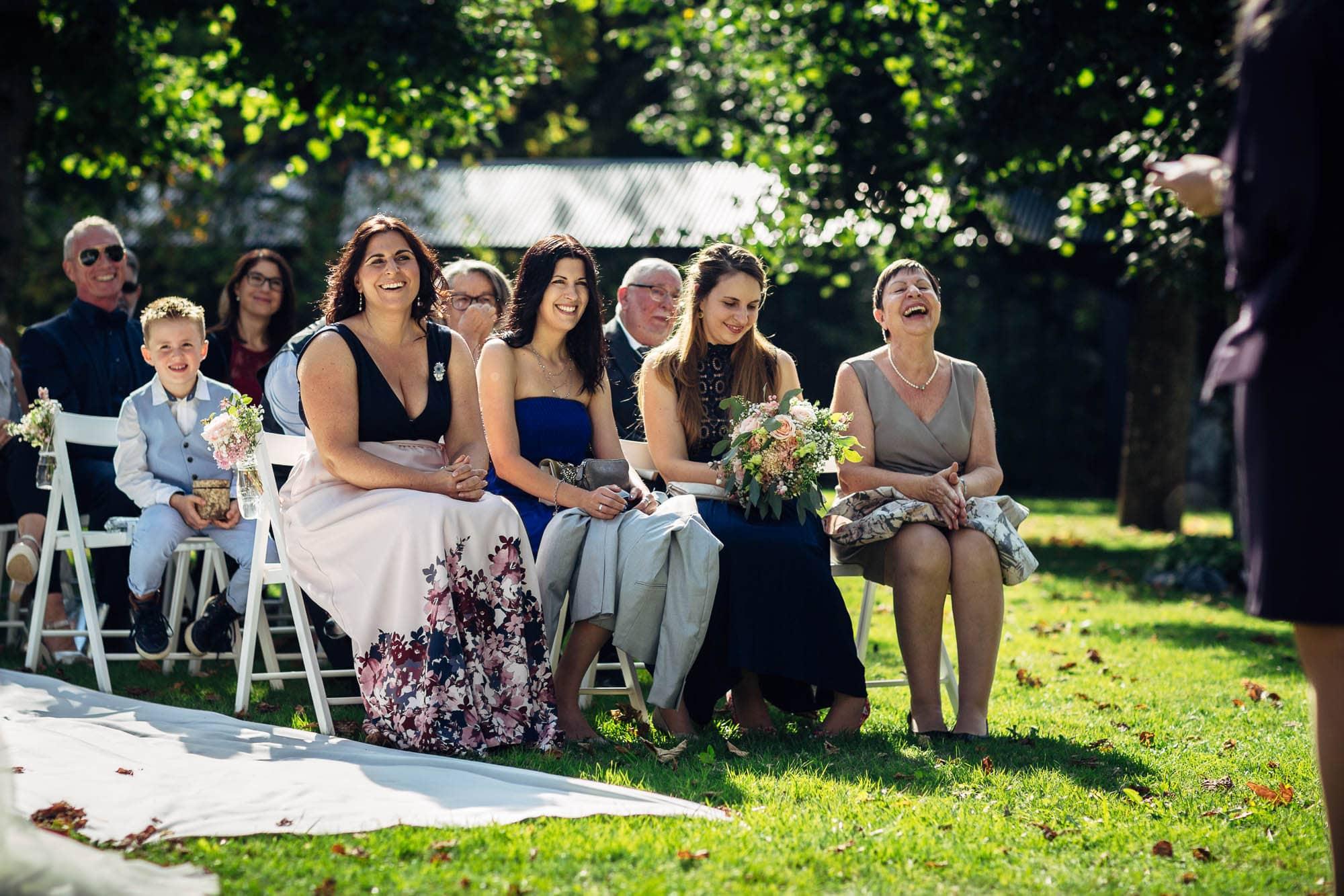 Gäste lachen während freier Trauzeremonie