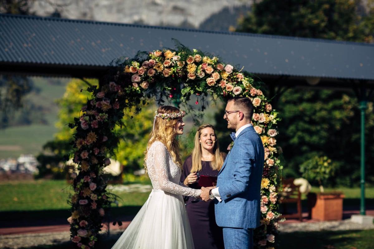 Brautpaar sagt einander das Eheversprechen