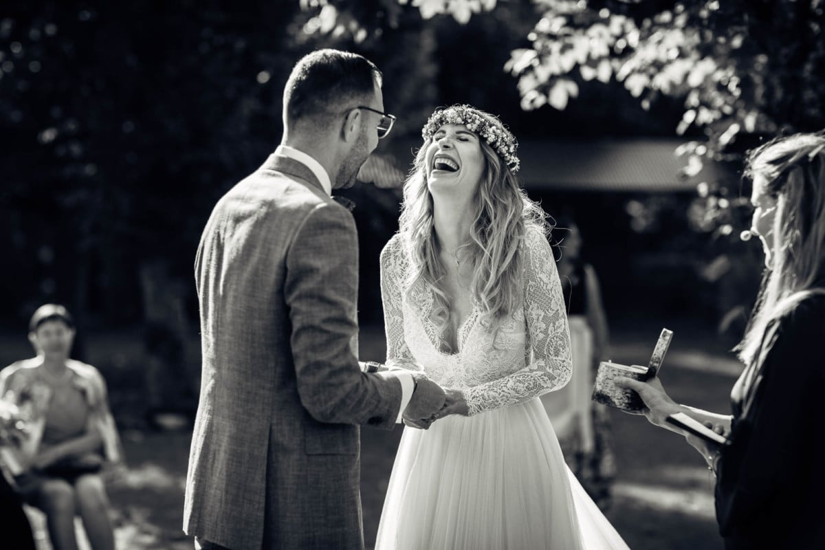 Bräutigam steckt der Braut den Ehering am falschen Finger an. Braucht lacht herzhaft