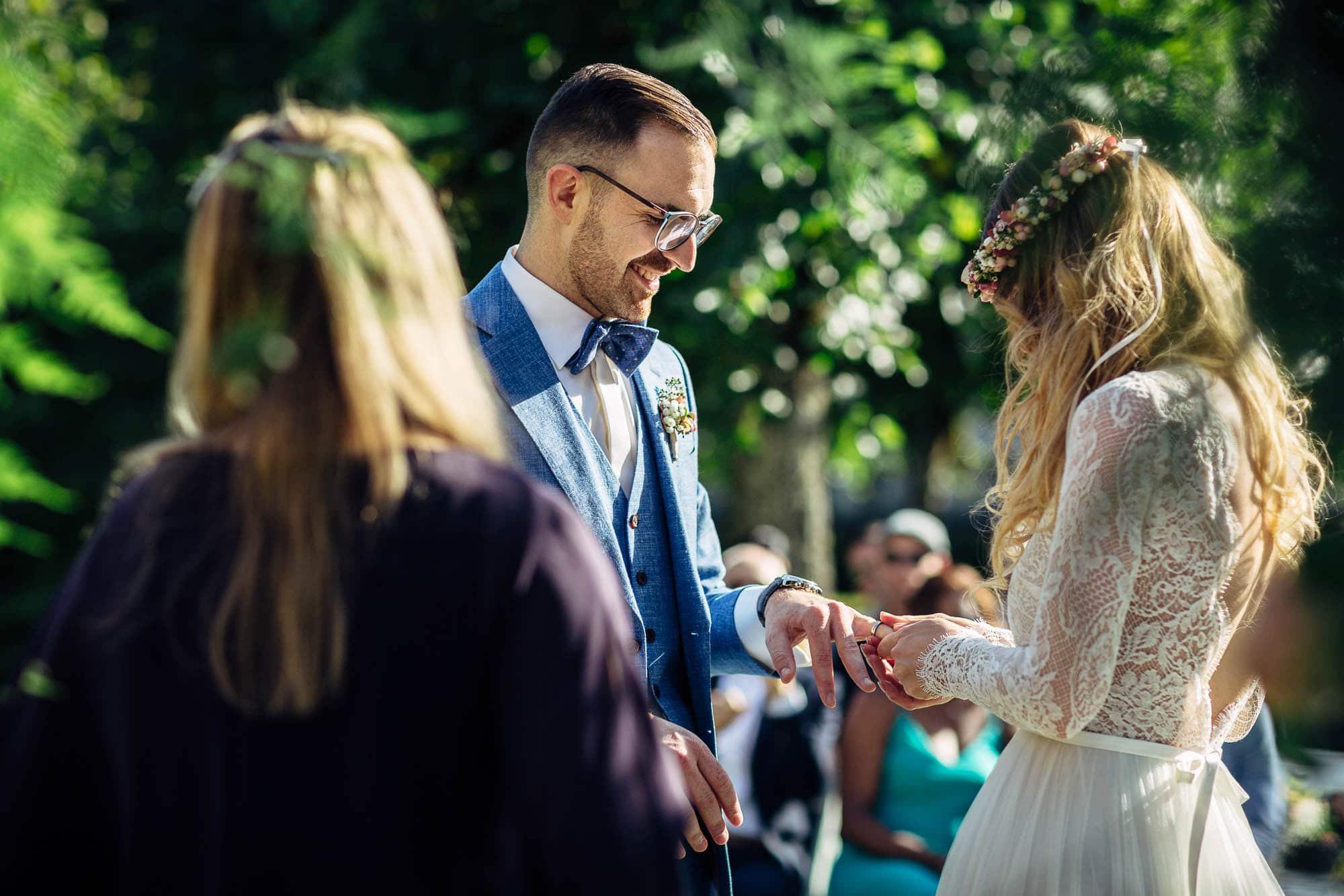 Braut steckt Bräutigam den Ehering an