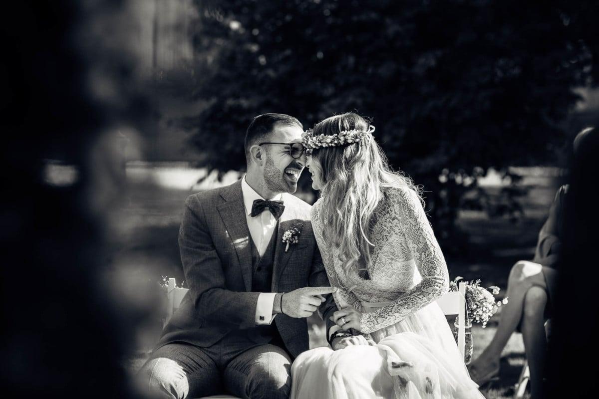 Brautpaar näselt, lacht und hält den Zeigefinger