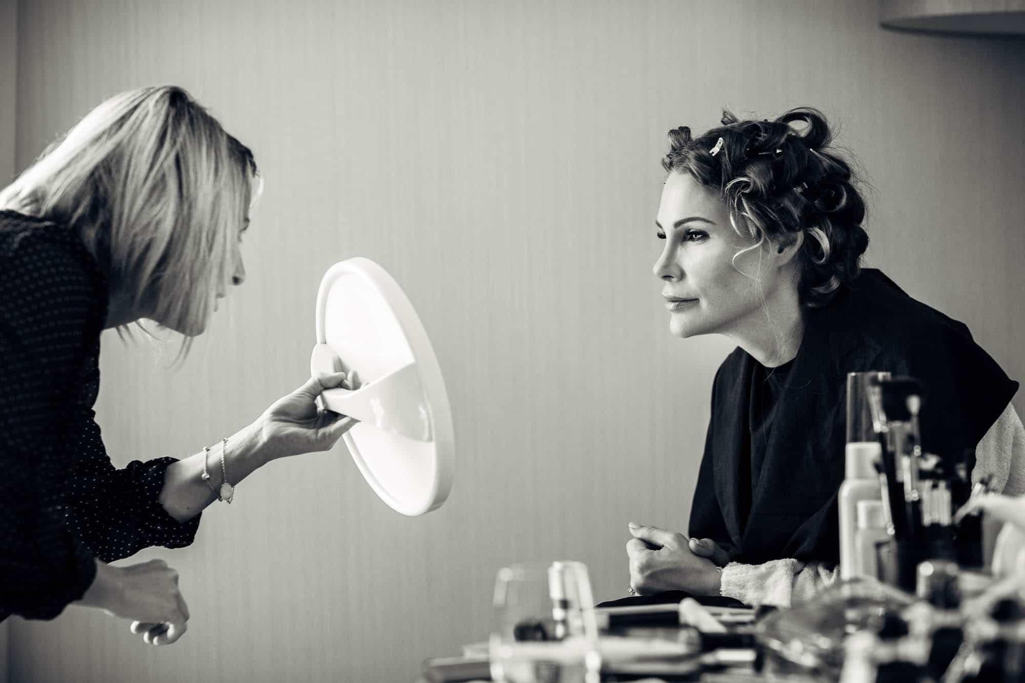 Braut kontrolliert im Spiegel ob das Make up gut ist