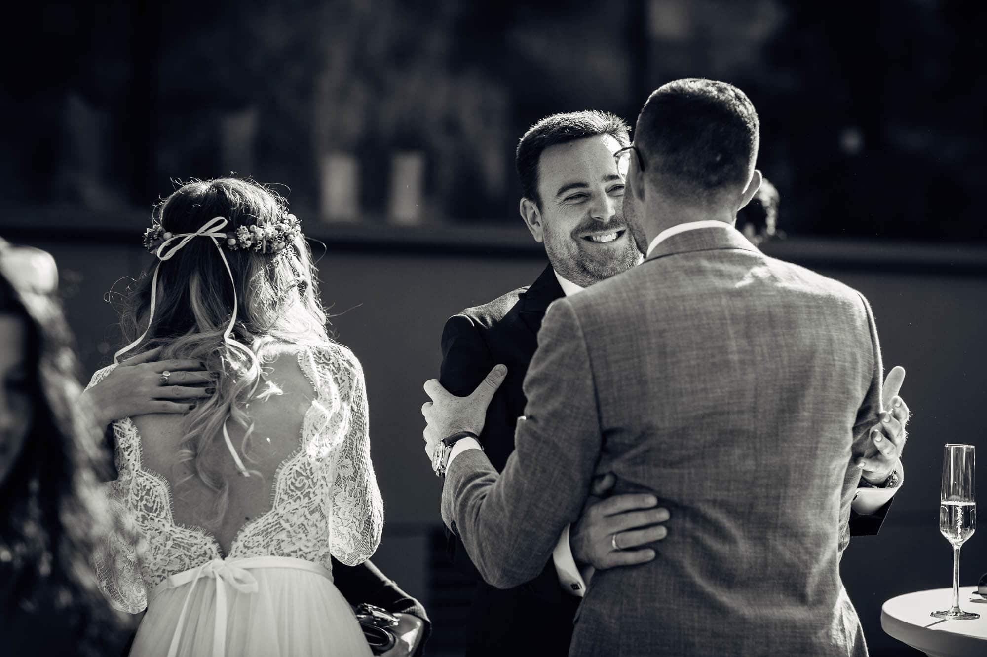 Trauzeuge gratuliert dem Bräutigam